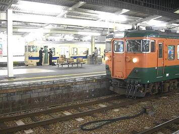 広島駅2・3番島式ホームに並ぶ湘南色の111系車両(手前)と瀬戸内色の車両(奥)。奥に見える瀬戸内色の車両は恐らく115系車両と思われる《091220撮影》