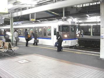 広島駅5番のりばに入線してきた、18:54発岡山行き「通勤ライナー」(区間快速)。新井口18:41発の山陽本線上り列車でもあり、これに乗って広島をあとにした《091220撮影》