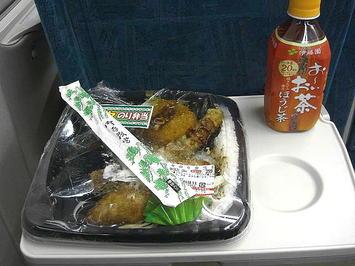 """夕飯の食糧。新幹線コンコース内で慌てて包装フィルムの一部を破いてしまった""""のり弁当""""と温ペット茶(ほうじ茶)。これに加えて自宅から持参してきたミカンの残りも全て食した《091220撮影》"""