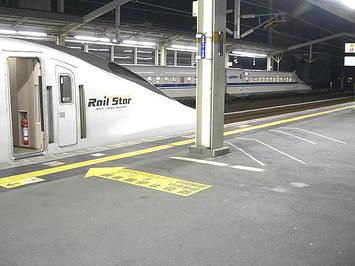 降車駅である姫路に到着した「ひかり584号(レールスター)」。向かい側ホーム(山陽新幹線・下り方面)にはN700系車両が停まっているのが見えた《091220撮影》