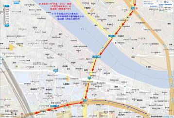 """愛知県道400号線と国道1号線との合流点・瀬上交差点から、陸送車両の右(左)折地点となっている守下交差点に至る区間の拡大地図。今回のN700系""""さくら""""車両の陸送ルートは赤矢印で、JR東海浜松工場に納入されるN700系通常仕様車両JR東海保有分などの陸送ルートは青色細矢印(守下交差点左折以後のみ)で、それぞれ示されている《『Mapion』地図を使用》"""