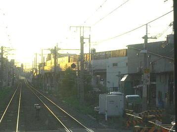 天王寺に向かっていたJR難波行き普通電車の前面展望。前方右手に見える非電化高架を貨物(コンテナ)列車が平野(百済)方に向かっているのが見えた《100916撮影》