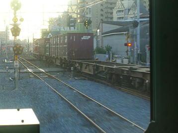 非電化高架から降りた、平野(百済)方に向かっていた貨物(コンテナ)列車。牽引機が見える《100916撮影》