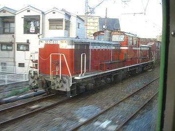 平野(百済)方に向かっていた貨物(コンテナ)列車の牽引機「DD51-833」。JR貨物・吹田機関区配置車両《100916撮影》
