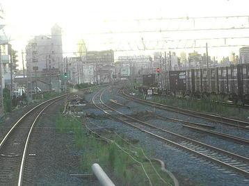 平野を発車したJR難波行き普通列車の前面展望で見えた貨物(コンテナ)列車。百済貨物駅に入線するところ《100916撮影》