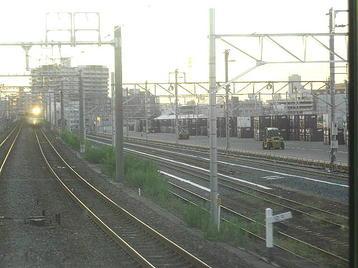 百済貨物駅構内。元々非電化だったが、梅田貨物駅の機能移転などに伴って直流電化されることが決まり、このようにして真新しい架線柱が立ち並んでいる。架線は未だ張られていない《100916撮影》