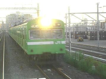 百済貨物駅構内の横を走っている途中ですれ違う王寺行き(上り)普通電車《100916撮影》