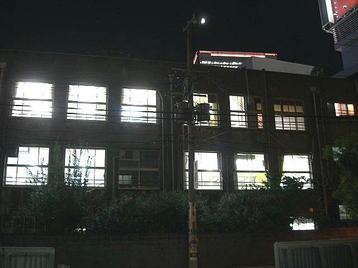 レッスン会場である梅田東学習ルーム体育館(特別研修室)玄関から見た、同学習ルーム本館(旧校舎)の様子。内部の照明が煌々と照らし出されているのが見えた《100916撮影》