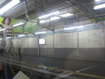 大阪に向かう環状線・内回り電車の進行方向右手の車窓から見えた大阪城公園駅・天王寺方面ホーム〔別アングル撮影〕。勤め帰りのサラリーマンの姿がちらほらと《101014撮影》