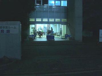 「大阪5」クラスのレッスン会場、梅田東学習ルーム体育館(特別研修室)に到着。2~3人のクラス生の姿が見えていた。玄関入って右手に見える机の上には名前チェックのための名簿が並べられていた《101014撮影》