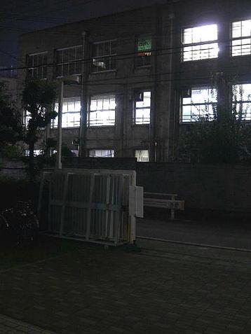 梅田東学習ルーム体育館(特別研修室)の玄関から見える同学習ルーム本館(旧校舎)の様子。室内の光が煌々と照らし出していた《101014撮影》