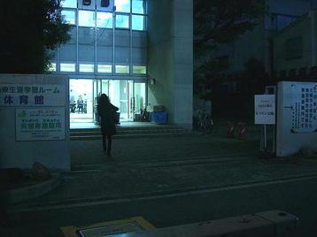 レッスン会場の梅田東学習ルーム体育館(特別研修室)正門前から玄関ロビーを望む《11月11日撮影》