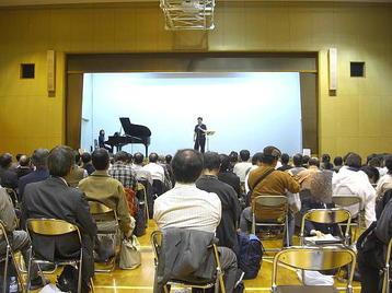 """「大阪5」クラス・5回目レッスンの後半の始まりの風景。この後に有元先生の指示で全員が任意の位置に移動する""""シャッフル""""が行われた《11月11日撮影》"""