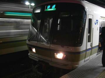 JR難波行き221系車両使用快速電車。これに乗って天王寺そして新今宮まで出た後、大阪環状線・外回り電車に乗り継いだ《101125撮影》