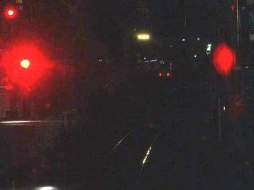 新今宮駅の環状線外回りホームに停車中の大阪環状線・外回り電車の先頭車両・前面展望。見辛いが、前方に見える縦長状のテールランプ(尾灯)は同一ホーム反対側を通過していった上り関空特急「はるか」のもの《101125撮影》