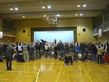 「大阪5」クラス・6回目レッスンに於ける準備運動の一コマ。背伸びを行っているところ《101125撮影》