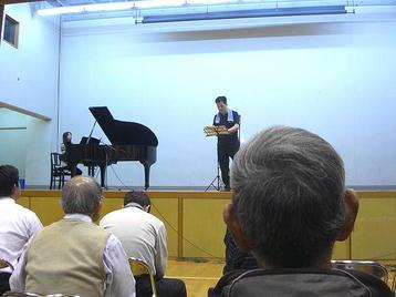 「大阪5」クラス・6回目レッスンに於ける「第九」レッスンの前半。自席に着席した状態で、「第九」合唱部分の各段落ごとに2度ずつ練習を行った。2度目には完全暗譜にて歌わせていた《101125撮影》