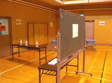 「大阪5」クラス・6回目レッスン当日、体育館場内後方に設置されていた連絡ボードの裏面。本番前日・当日に於ける諸注意文書両面分が掲出されているのみだった《101125撮影》