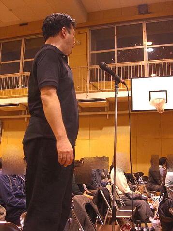 """内輪の""""おさらい会""""形式による「第九」合唱部分全体の総復習で、先発組となった奇数列組を指揮、そしてソロ独唱も掛け持つ有元先生《101125撮影》"""