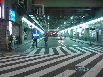 レッスン会場である梅田東学習ルーム体育館(特別研修室)にも通じている、阪急梅田駅茶屋町口と阪急三番街高速バスのりばに面する道路。9月の「大阪5」クラスに於けるレッスン開始以来、この道路の拡張に向けての動きは全く見られなかった《101125レッスン終了後に撮影》