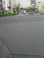 恵美須交差点にて。奥手に見える通りが「でんでんタウン」と通称される日本橋筋電気街《101204撮影》