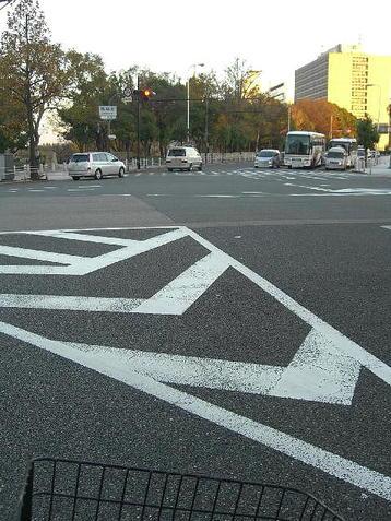 馬場町交差点にて。この交差点で左折し、大阪城公園外縁を京橋方面(北東方向)に向けて自転車を走らせた《101204撮影》