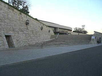 大阪城ホール・南玄関に通ずる階段を望む。既に総合リハーサルが始まっているせいなのか、人はまばらだった《101204撮影》