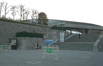 大阪城ホール・北玄関に通ずる階段。本番前日・当日の2日間、合唱団員たちはここから出入りすることになっている《101204撮影》