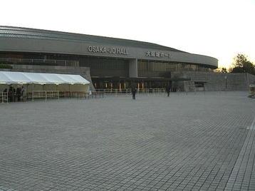 大阪城ホール・北玄関とその前に広がるスペース。階段を上がったところから眺めた風景《101204撮影》