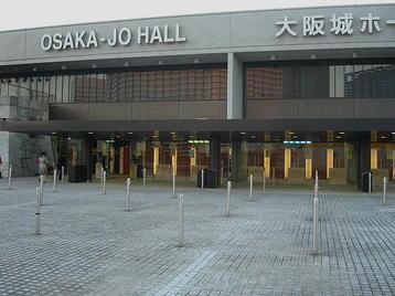 大阪城ホール・北玄関。私が到着した時には左端の2カ所が開放されていた《101204撮影》