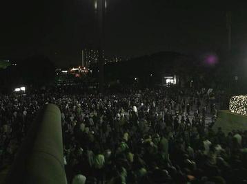 大阪城ホール・北玄関前スペース(階段前)から大阪城公園駅方向を望む。帰途につく合唱団員たちの列が続く《101204撮影》