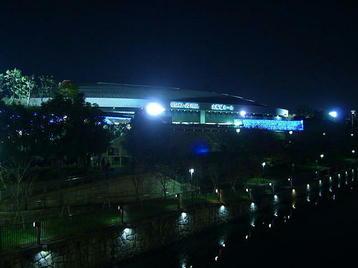 大阪ビジネスパーク(OBP)に通ずる橋の上から見えた、大阪城ホール夜景。闇夜の中にホール本体と看板文字が浮かび上がる《101204総合リハーサル終了後に撮影》