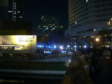 大阪ビジネスパーク(OBP)に通ずる橋の上から京橋駅方向を望む。斜め左前方に「シアターBRAVA!」が見える。京橋駅に向かう合唱団員たち、ホテルニューオータニ大阪に宿泊する遠隔地からの合唱参加者が続々とこの橋を渡っていく《101204撮影》
