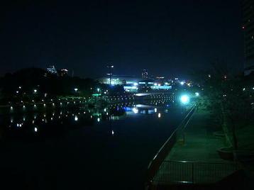 大阪環状線沿いを走る道路に架かる橋の上(歩道部分)から見える、夜の大阪城ホール遠景。帰途につく合唱団員たちの列はまだ続いているのか・・・眺めつつ色々と想像してみる《101204総合リハーサル終了後に撮影》