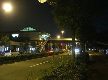 大阪城ホールの最寄り駅の一つ、大阪城公園駅を横から眺めた光景。帰途につく合唱団員たちを次々と迎え入れているように見える《101204総合リハーサル終了後に撮影》