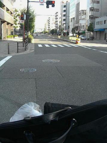 玉造交差点で右折し、2~3分ほど走ったところで停止した交差点。この先には阪神高速を真上に擁する森ノ宮交差点が見え、その奥の区間は大阪城公園を左手に、大阪環状線線路を右手に、それぞれ見ながら進むことになる《101205撮影》