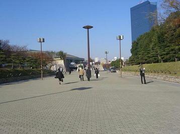 大阪城公園駅から大阪城ホールに向かってつながるプロムナード。所々に係員が立錐して入場を促していた《101205撮影》