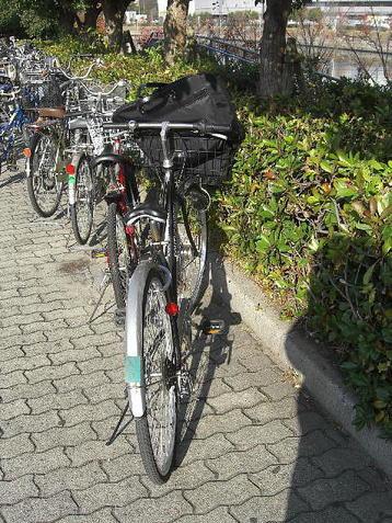 大阪城ホール・北玄関横の駐輪スペース(?)に入った我が自転車《101205撮影》