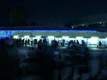 終演後の大阪城ホール・北玄関前左横の特設テントの様子。煌々と照らし出される中、帰り際にプログラム類を買い求めに立ち寄っているであろう合唱団員の姿があった《101205撮影》
