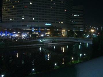 大阪城ホール前からOBPに向けて架かる橋。終演後の様子。京橋方面に向けて帰路につく合唱団員たちに混じり、ビラを配って勧誘するコーラスグループ構成員の姿も見られた《101205撮影》