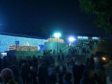 終演後の大阪城ホール・北玄関前広場につながる階段の取り付け部分周辺。帰路につく合唱団員たちの傍らで、待ち合わせしているグループの姿も見られた《101205撮影》