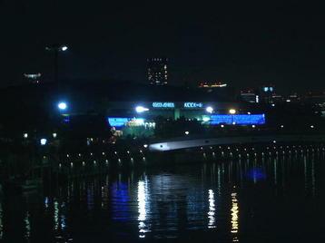 大阪環状線の線路沿いに架かる橋の上から見える大阪城ホールの夜遠景。まだ合唱団員たちの姿はあるのだろうか…《101205終演後に撮影》