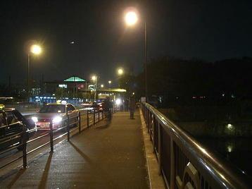 大阪城公園駅の駅舎と、それに接続する歩道橋。28回目を迎えた「1万人の第九」を無事終えて、帰路につく合唱団員たちや打ち上げに繰り出す合唱団員たちを迎え入れていた《101205撮影》