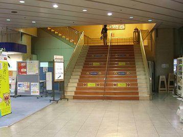 「エル・おおさか」正面玄関を入って右手に見える「エル・シアター」に通ずる階段。その左手に「サントリー1万人の第九レッスン会場」と記載された白地の標識が立て掛けられていた《110915撮影》