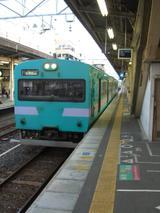 和歌山駅に停車中の「日根野5時12分発紀伊田辺行普通列車」【2007-04-10】
