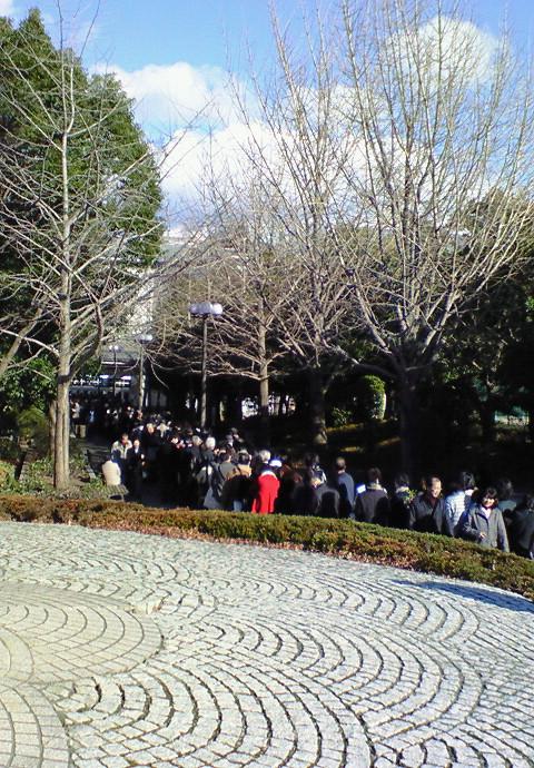 「第九ひろしま2009」開場直前の広島サンプラザホール=公園側玄関に出来ている長蛇の列《091220撮影》
