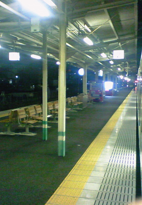 広島から乗車した岡山行き「シティーライナー」の車内から見た糸崎駅プラットホーム《前方向き;091220撮影》